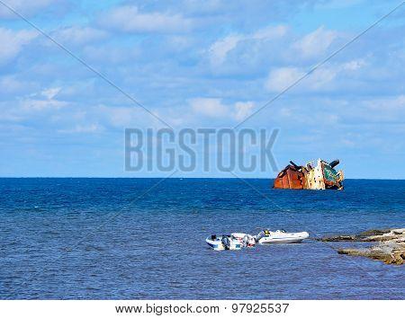 Sunken_ship_in_the_sea