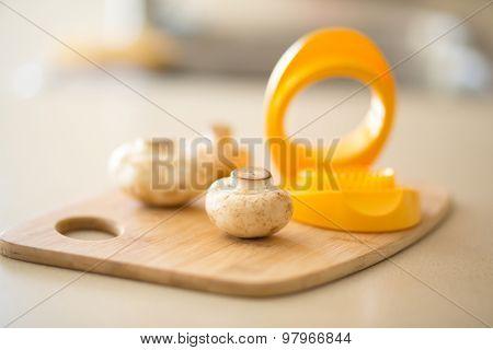 mushrooms and egg slicer on table kitchen hack