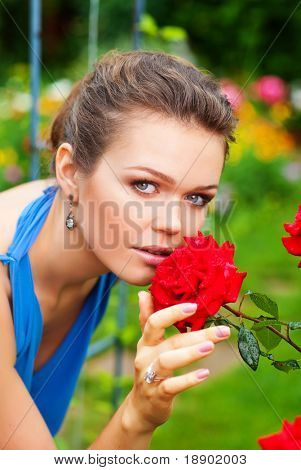 attraktive caucasian Frau Geruch Rosen im Garten