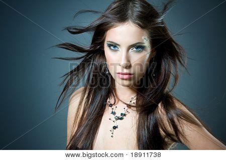 Retrato de primer plano de una mujer hermosa