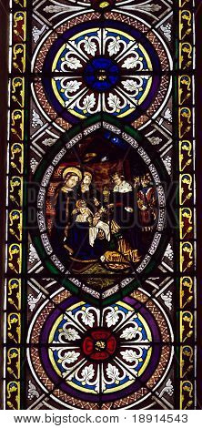 Buntglas Kirchenfenster mit Krippenspiel