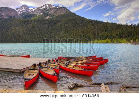 Canoas no lindo Lago Louise