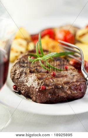 Bistec a la parrilla con romero fresco y pimienta acompañado de verduras a la plancha