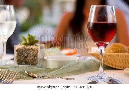 A mesa servida com vinho tinto no restaurante (dof raso)