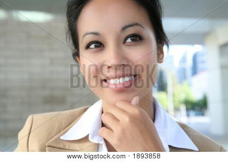 Mujer de negocios bastante asiático