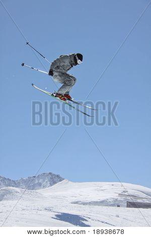 esquiador voando sobre montanhas