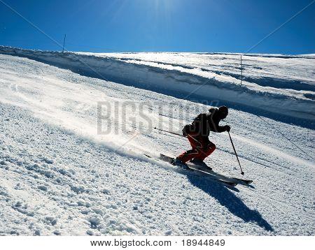 Esquiadores en carreras cuesta abajo de la colina. Orientación horizontal.