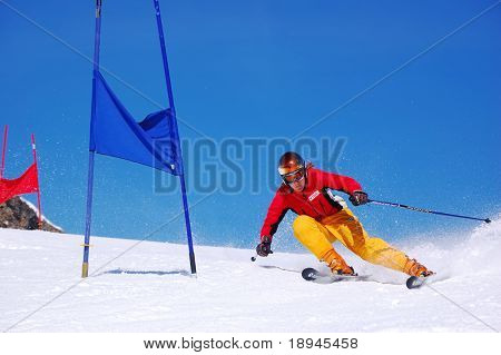 junge Rennläufer tun Abfahrt slalom