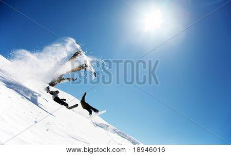 Snowboarders lançar fora um salto; La Thuile, Aosta, Itália.