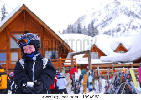 Niño en el centro de esquí alpino