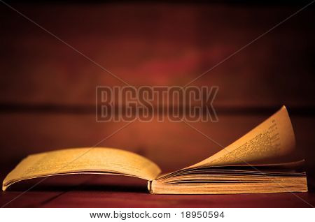 Öffnen Sie Buch im retro-Stil auf hölzernen Hintergrund. Bildung-Konzepte