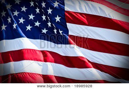 uma bandeira americana corajosamente voando no vento