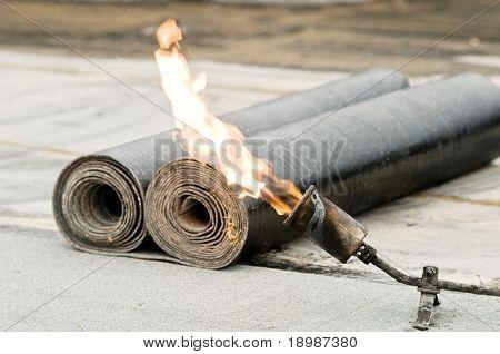 telhadura sentiu rolo e maçaricos de uma tocha com chama aberta