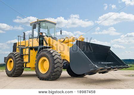 Una cargadora excavadora maquinaria Maquinaria sobre cielo azul