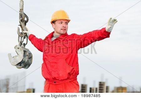 Monteur-Generator in Uniform und Helm mit Riemen am Bau