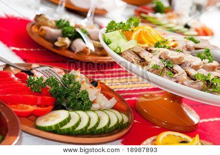 Mesa de catering establece servicio con copas de plata y cristal en el restaurante antes de partido