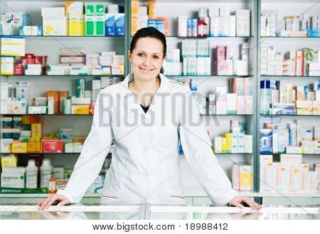 Mulher de químico farmacêutico alegre feliz na farmácia Farmácia