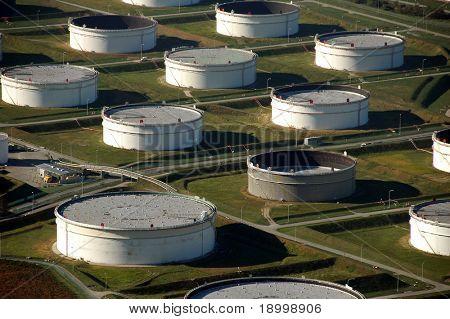 Tanques de petróleo cerca de Puerto de la parte superior
