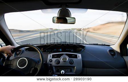 Vista de dentro do carro em alta velocidade.