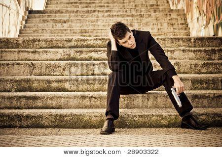 Jóvenes armados esperando en los pasos del hombre