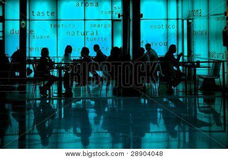 Menschen, die Frühstück umgeben von Aromen