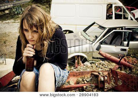 Junge Frau Bier in der scrapyard