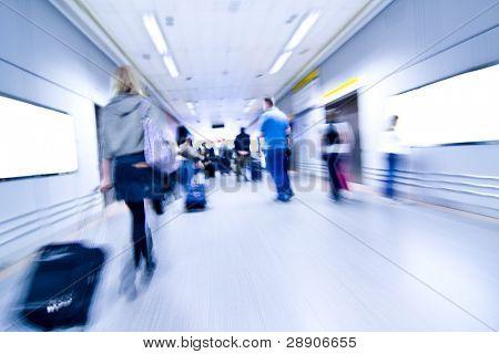 Borrosa avanzando personas a través de instalaciones aeroportuarias