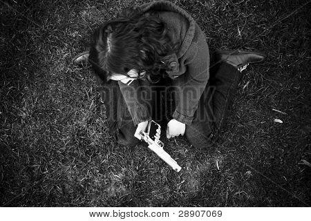 Niña triste en el suelo después de la matanza