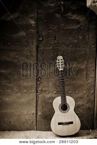 klassischer Gitarre am alten Tür, Sepia getönten.