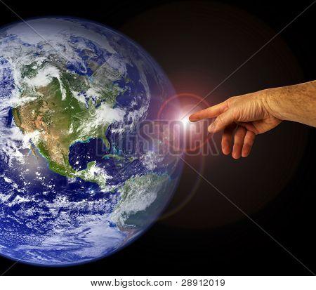 eine Hand berührt die Erde. Menschheit und die friedliche Existenz.