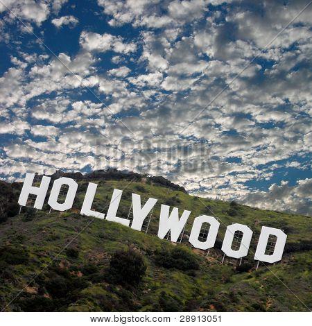 O famoso letreiro de Hollywood no sopé de Los Angeles alto. Imagem é quadrada.