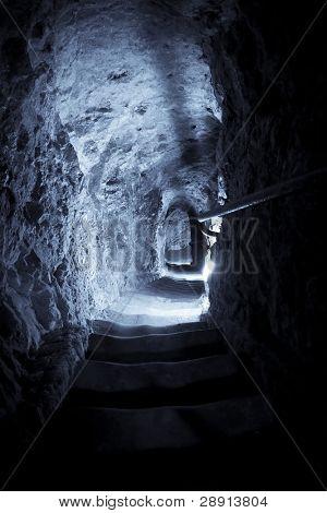 Pasos de la piedra al subterráneo, azul entonó.