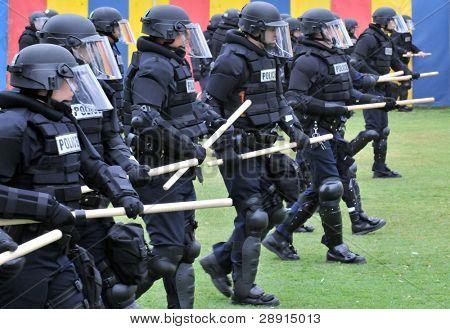 Preparación para disturbios civiles - agentes de la policía con material antidisturbios. Imagen tomada el 22 de mayo en San Diego Ba