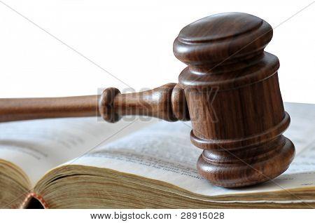 Hammer und rechtliche Buch über weiße gerichtlicher Entscheidungsfindung. textfreiraum oben.