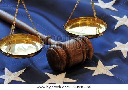 Gerichtliche Niederlassung Regierung Hammer und Skalen auf Flagge Hintergrund