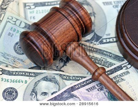 finanzielle Prämie durch eine Jury oder Richter Hammer auf Geld in eine Darstellung der Siedlung.