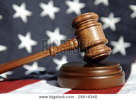 Richter Wooden Gavel mit Flagge im Hintergrund.