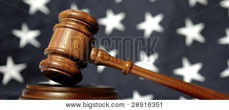 Jueces mazo de madera con estrellas de la bandera en el fondo.