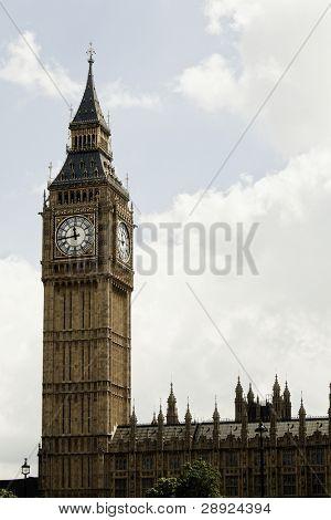 Big Ben de Londres sobre cloudscape blanco.