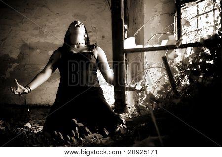 Jovem gótica em uma cena dramática.