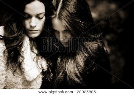 Porträt von zwei teenager traurig, dunkle Sepia toned.