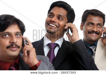Gente de negocios joven indio hablando