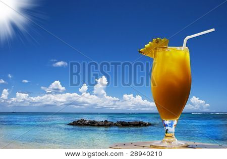 um cocktail de fruta fresca em uma praia de ilha tropical