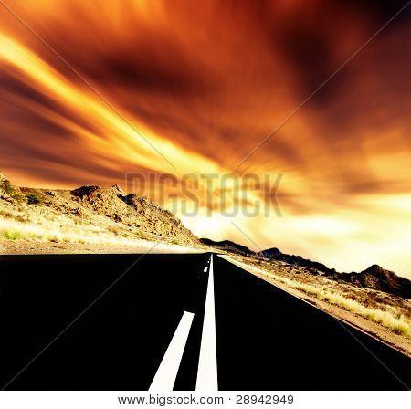 Sunset road - camino recto por delante al atardecer con poca luz