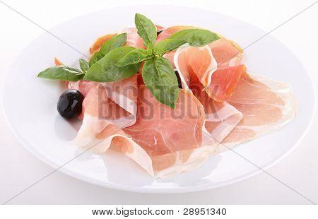 isolierte Teller mit Schinken