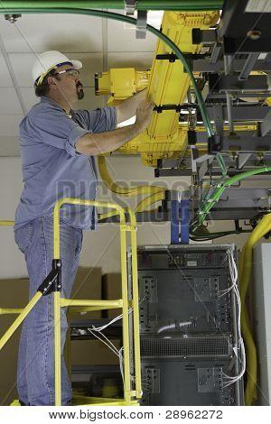 Telekommunikation Switch Arbeitnehmer untersuchen Glasfaser ausführen