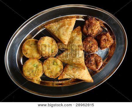 Auswahl an indischen Samosa, Bhaji und pakora