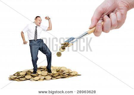 Homem dançando na pilha de dinheiro
