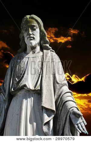 Jesús Cristo en puesta de sol oscuro
