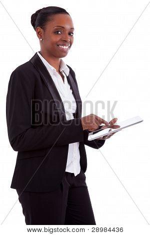 Empresaria afroamericana sonriente utiliza una tableta